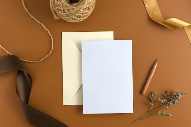 結婚式のコンセプト。結婚式招待状、茶色の背景にリボン。