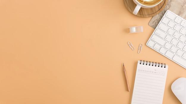 空白のノートブック、キーボードを備えた平面レイアウト、トップビューのオフィスワークスペース