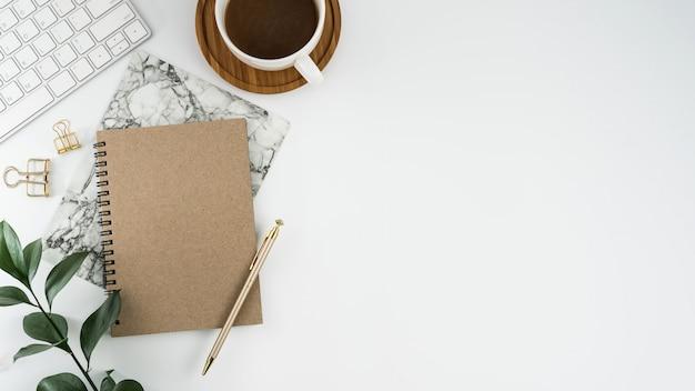 コピースペースのある白いオフィスの卓上テーブルの上面図。フラットレイ。