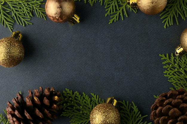 クリスマスの背景テンプレート、モレの枝のフレーム。フラットレイ、上面図