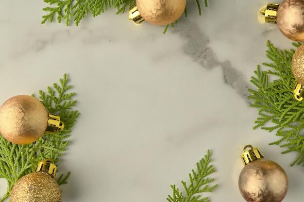 Рождественские фон шаблон с рамкой из еловых веток. плоская планировка, вид сверху