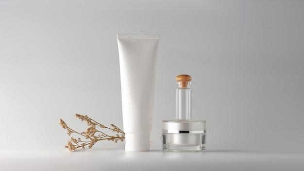 白い背景の上の化粧品のセット。ブランディングモックアップ用の化粧品の白紙のラベル。