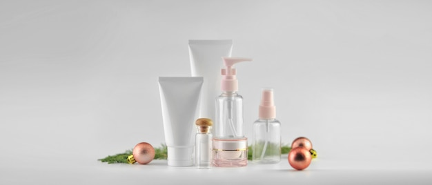 白い背景の上の化粧品のセット。化粧品パッケージはコレクションをモックアップします。
