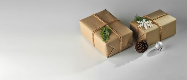 ギフト用の箱と白い背景の上のクリスマスボールの飾り。クリスマス背景コレクション。