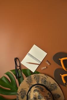 コピースペースと茶色の背景にフラットレイアウト、平面図のワークスペース。