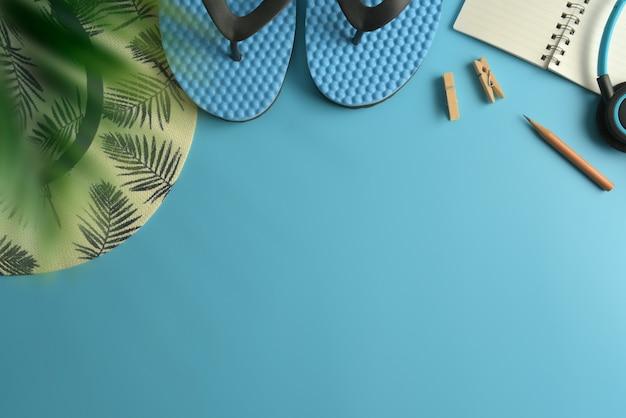 フラットレイアウト、上面図ワークスペース青い背景。夏のスタイリッシュな旅行者ブロガーのコンセプト。