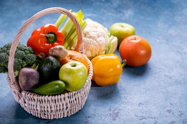 冬のベジタリアン、ビーガン料理の食材。野菜、キュウリ、ほうれん草、キャベツ、ブロッコリー、アボカド、レタス、および他の緑のスムージー食品の平置き。上面図。