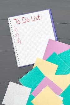木製の机の上の紙のリストを行うには