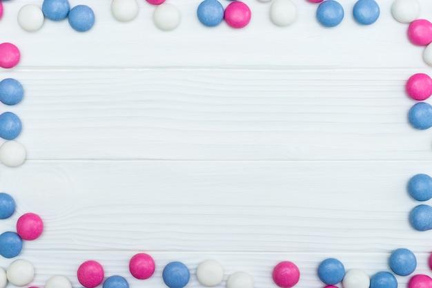 Рамка из разноцветных мятных конфет