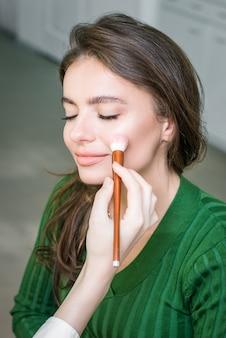 化粧品を適用する女性