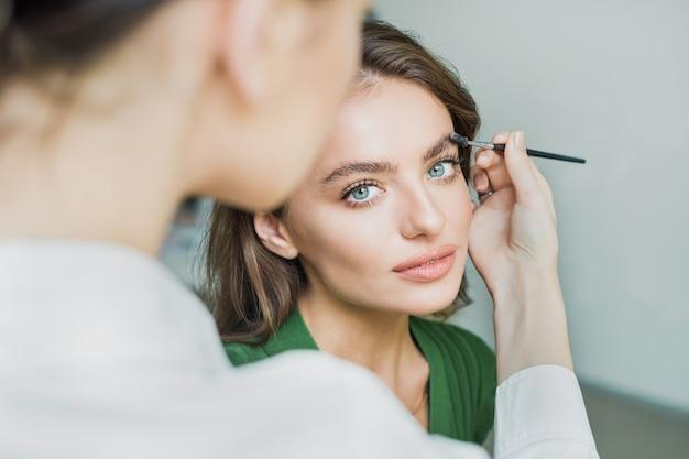 女性は眉毛を塗る