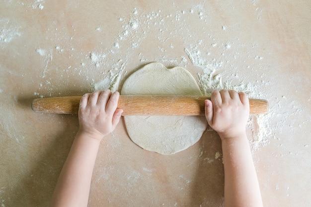 Детские руки раскатали тесто
