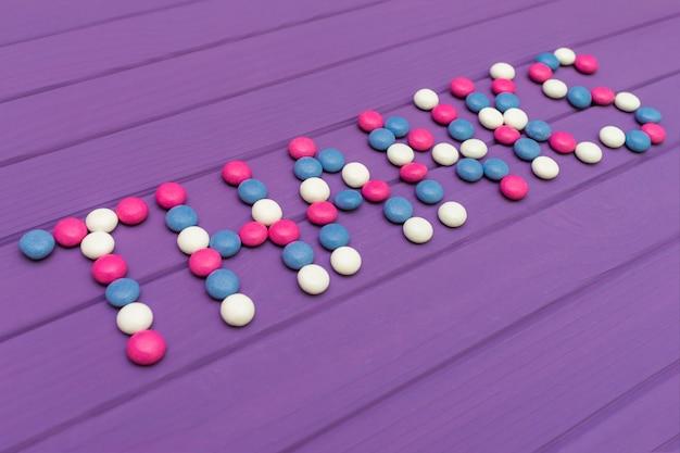 色付きのキャンディーが並ぶ言葉ありがとう