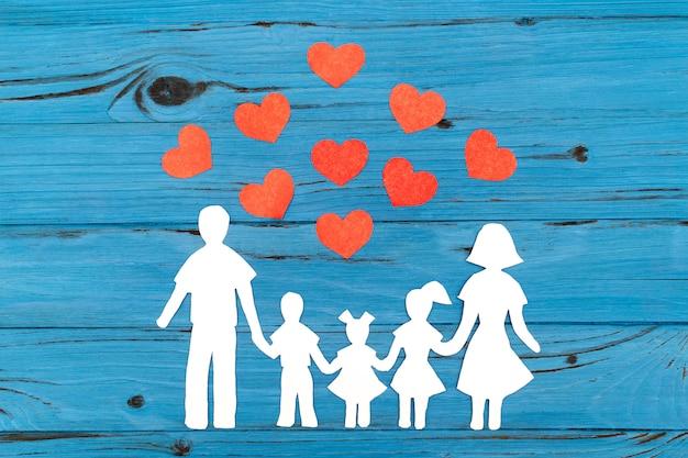 Крупным планом счастливой семьи бумаги на синем фоне