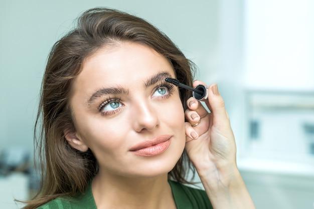 Кисть нанесения бежевого макияжа