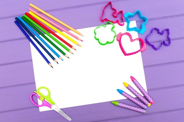 白い紙の上の色鉛筆