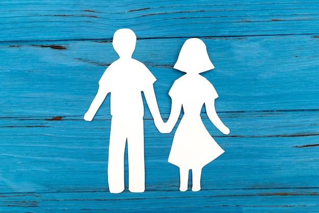 Крупным планом счастливой семьи бумаги на синей поверхности