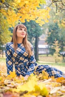 Красивая девушка в парке осенью
