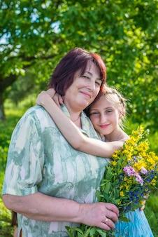 Внучка обнимает бабушку