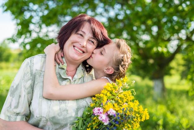 Целует внучку бабушку