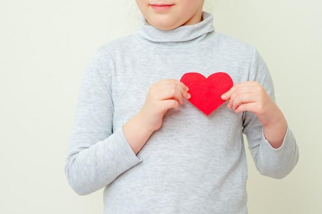 小さな女の子は赤い小さな心を持っています。