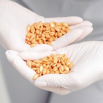 人間の手でワックス豆や種子