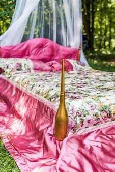 Кровать в саду для влюбленных