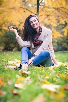 草の上に座っている女の子
