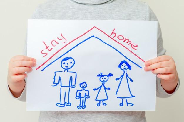 Ребенок держит картину семьи