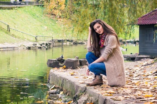 Девушка у пруда