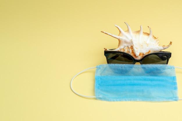 Морская ракушка с очками и медицинской маской