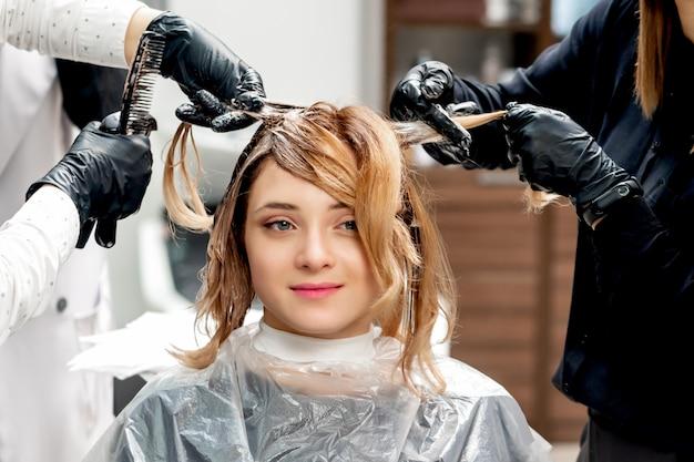 Парикмахер окраски волос