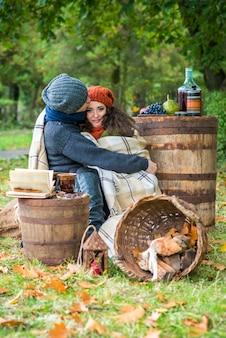 秋の庭で愛情のあるカップル