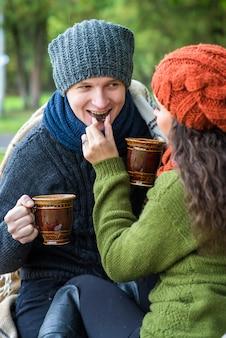 Влюбленная пара пьет кофе