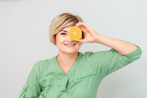 オレンジ色で目を閉じている女性。