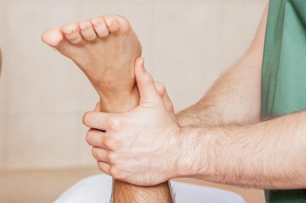 Человек, имеющий массаж ног