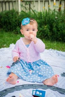 庭の小さな女の子
