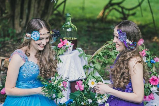 Две взрослые сестры близнецы