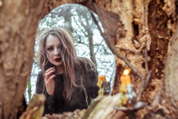 神秘的な女性は鏡の中に見える