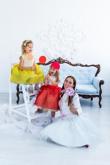 Мама и дочка с конфетой