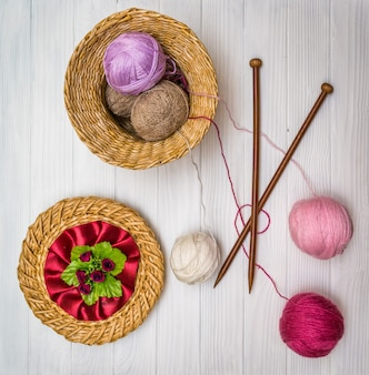 木の板に毛糸の玉