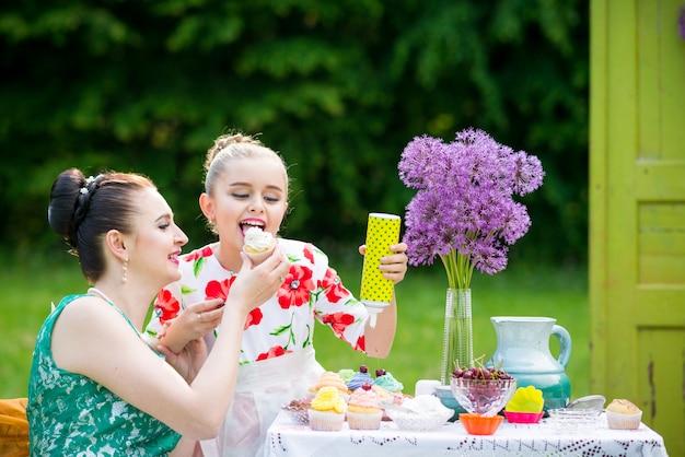 母と娘のカップケーキを調理