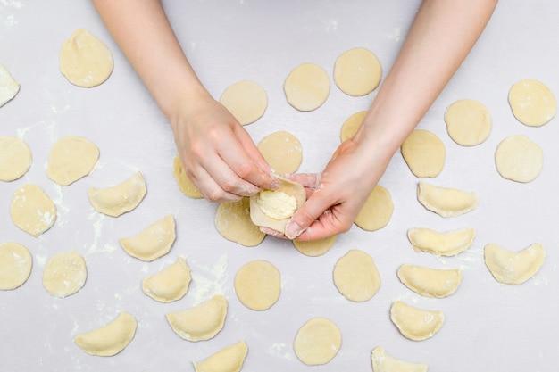 女性の手はラビオリを作る