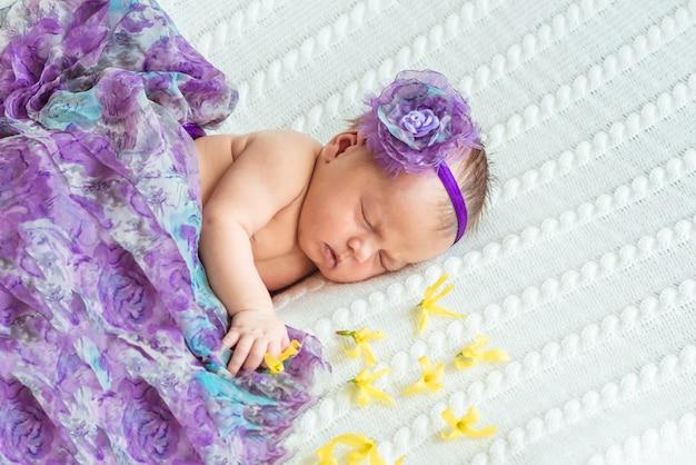 生まれたばかりの赤ちゃんの女の子の王女