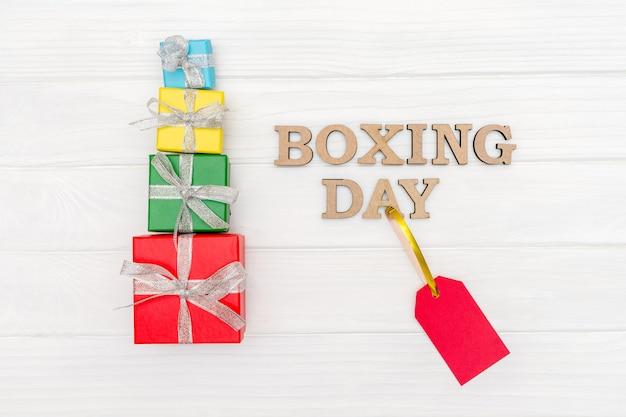 Разноцветные коробки, завернутые в переработанную бумагу с лентой на день подарков