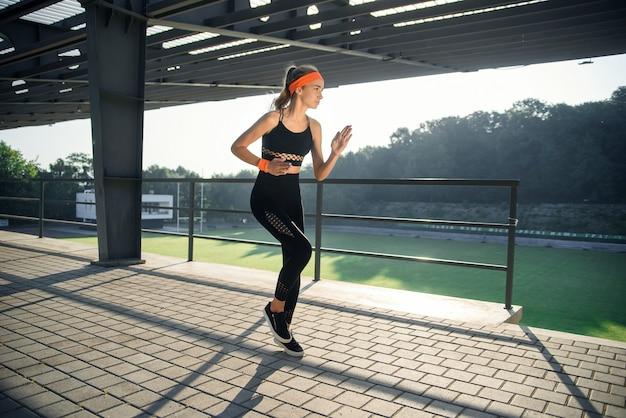 階段で走っているランナーの運動選手。女性フィットネスジョギングトレーニングウェルネスコンセプト。