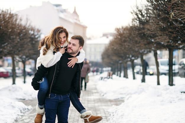 自然な冬のカップルを愛する若い。新年とクリスマス。