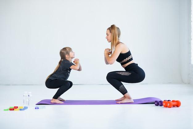 Дети практикующие занимаются гимнастикой и йогой с учителем