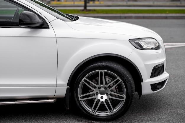 合金ホイールと現代の高価な車のヘッドライト