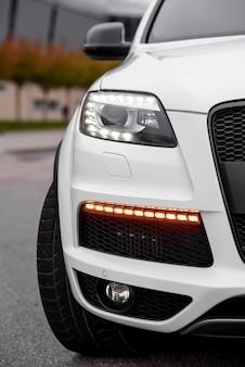 現代の高価な車のヘッドライト